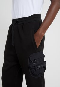 Damir Doma - PYKE PANTS - Spodnie treningowe - black - 5