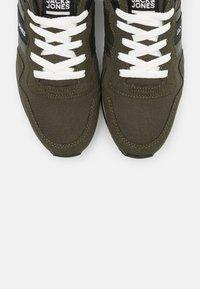 Jack & Jones - JFWSTELLAR - Sneakersy niskie - olive night - 4