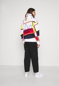 adidas Originals - LOGO PLAY UNISEX - Sudadera - white - 2