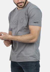 IZAS - T-shirt imprimé - charcoal - 5