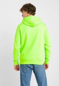 Tommy Jeans - NEON SMALL LOGO HOODIE - Felpa con cappuccio - green geco - 2