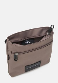 Calvin Klein Jeans - MICRO FLATPACK UNISEX - Bandolera - dusty brown - 2