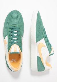 Nike SB - TEAM CLASSIC - Skateschoenen - bicoastal/celestial gold/summit white - 1