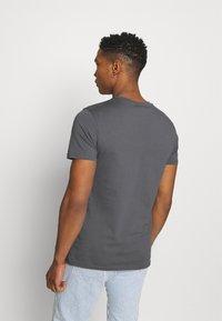 CLOSURE London - SKULL ROCK TEE - Print T-shirt - anthrazit - 2
