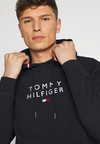 Tommy Hilfiger - STACKED FLAG HOODY - Sweater - desert sky - 3