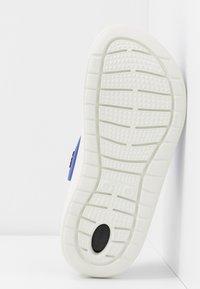 Crocs - LITERIDE - Pantolette flach - lapis/white - 6