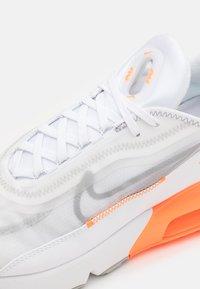 Nike Sportswear - AIR MAX 2090 SE UNISEX - Sneakers - white/metallic silver/total orange/light smoke grey - 5