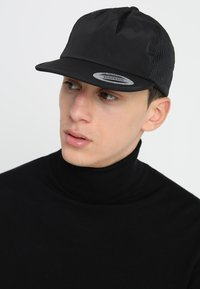 Flexfit - UNSTRUCTURED SOFT VISOR TRUCKER SNAPBACK - Cap - black - 1