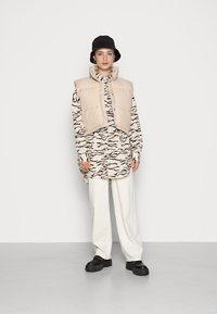 Weekday - CUT PUFFER VEST - Vest - beige - 1