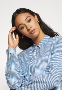 Leon & Harper - CRIQUETTE STRIPES - Button-down blouse - blue/white - 4