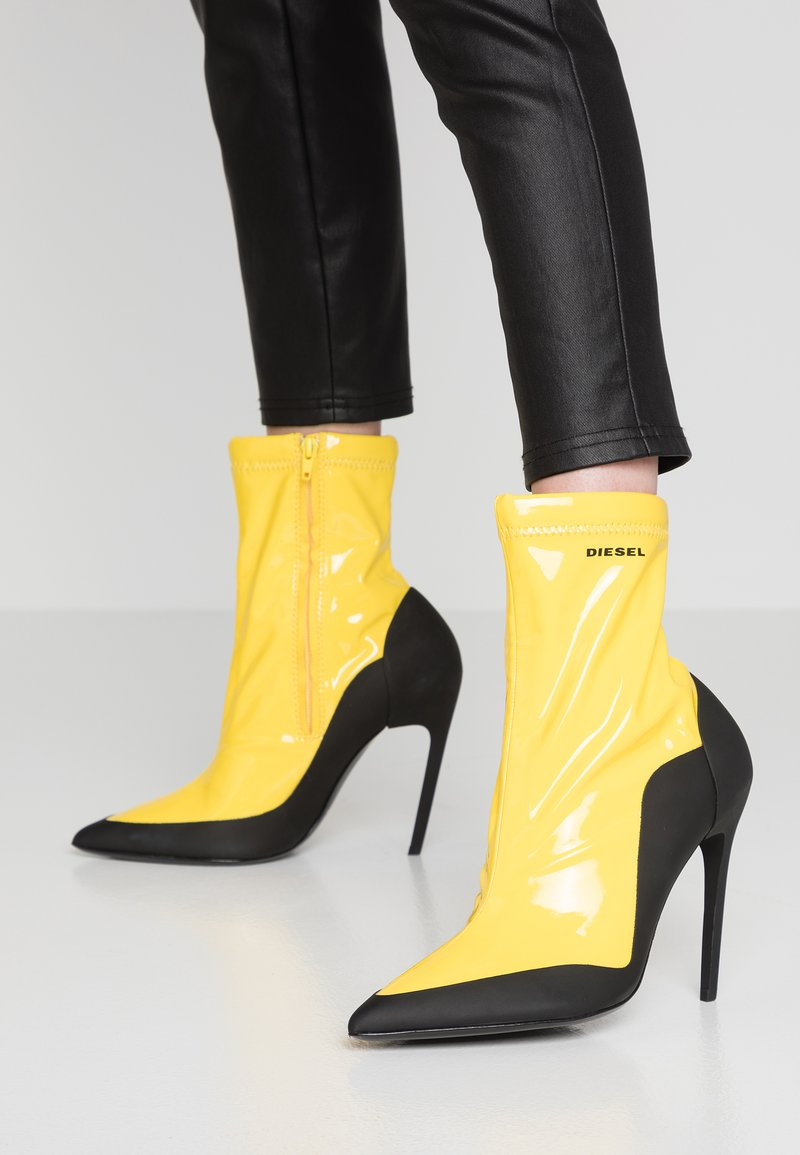 Diesel - SLANTY D-SLANTY ABH - High heeled ankle boots - freesia yellow/ black
