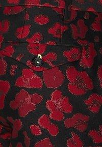 Twisted Tailor - FOSSA SUIT SET - Puku - black red - 8