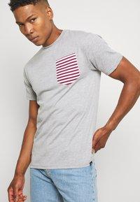Newport Bay Sailing Club - SAIL TEE - T-shirts print - grey marl - 3