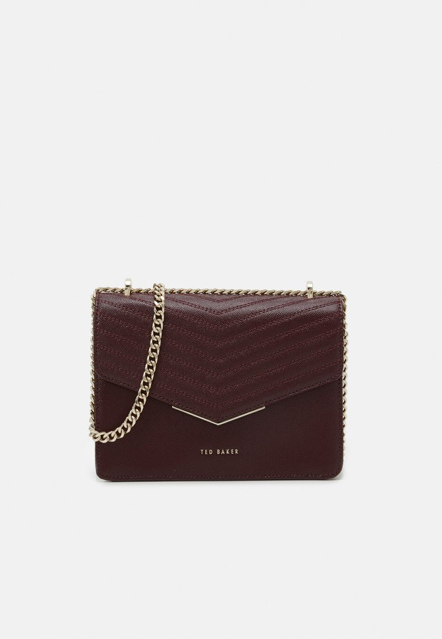PATENT QUILTED ENVELOPE MINI XBODY BAG - Sac bandoulière - purple