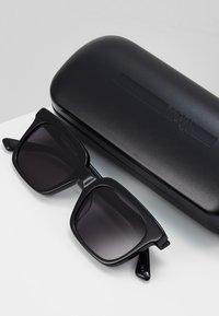 McQ Alexander McQueen - Solglasögon - black/black smoke - 2