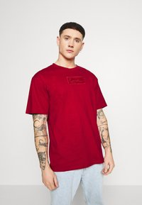 Karl Kani - SMALL SIGNATURE BOX TEE - Basic T-shirt - dark red - 2