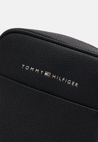 Tommy Hilfiger - ESSENTIAL MINI REPORTER - Across body bag - black - 3