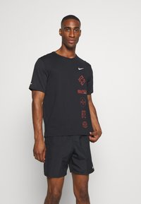 Nike Performance - MILER - T-shirt imprimé - black/claystone red/silver - 0