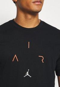 Jordan - AIR CREW - Print T-shirt - black/infrared - 5