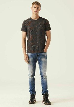 ALLOVERPRINT - T-shirt print - sunburn