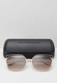 Alexander McQueen - SUNGLASS WOMAN  - Sunglasses - gold-coloured/brown - 3
