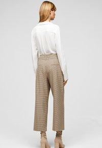 s.Oliver BLACK LABEL - Trousers - beige checks - 2
