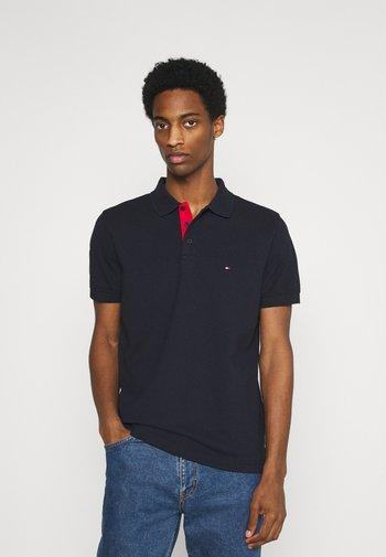 CONTRAST PLACKET REGULAR - Polo shirt - desert sky