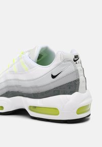 Nike Sportswear - AIR MAX 95 - Sneakersy niskie - white/black/cool grey/wolf grey/pure platinum/volt - 6