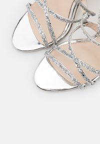 Buffalo - MERCY - Sandály na vysokém podpatku - silver - 4