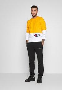 Champion - ROCHESTER CREWNECK BLOCK - Collegepaita - yellow - 1