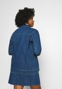 Vero Moda Curve - VMEBBE LONG JACKET - Giacca di jeans - medium blue denim - 2