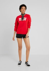 Levi's® - RELAXED GRAPHIC CREW - Sweatshirt - brilliant red - 1