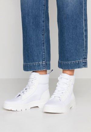 COMBS - Kotníkové boty na platformě - white