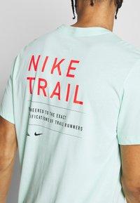 Nike Performance - DRY TEE TRAIL - Camiseta estampada - mint foam - 5