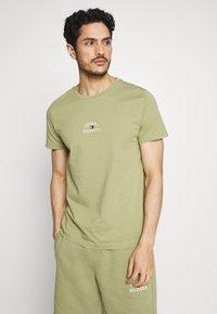 Tommy Hilfiger - ARCH TEE - Print T-shirt - green - 0