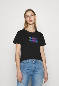 Tommy Jeans - REGULAR METALLIC BOX TEE - Printtipaita - black - 0