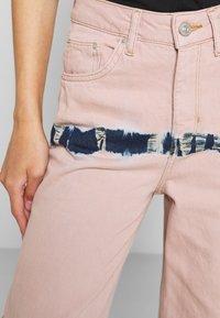 BDG Urban Outfitters - PUDDLE  - Vaqueros boyfriend - pink tie dye - 6