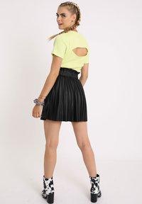 Pimkie - PLISSEE - Mini skirt - schwarz - 2