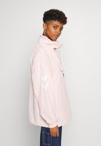 Hummel Hive - CALISTA OVERSIZED ANORAK - Windbreaker - cloud pink - 3
