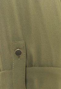 Vero Moda Curve - VMNADS 3/4 FOLD-UP TOP - Blouse - ivy green - 6