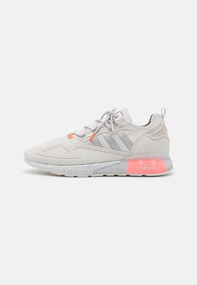 ZX 2K BOOST UNISEX - Sneakers basse - grey one/silver metallic/solar red