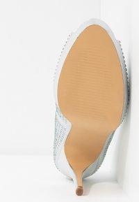 Dorothy Perkins - GIFTIE ALL OVER COURT SHOE - Høye hæler med åpen front - silver - 6