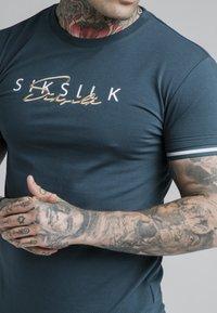 SIKSILK - SIGNATURE TEE - Print T-shirt - ocean green - 4