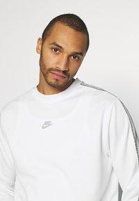 Nike Sportswear - REPEAT CREW - Long sleeved top - white/light smoke grey - 3