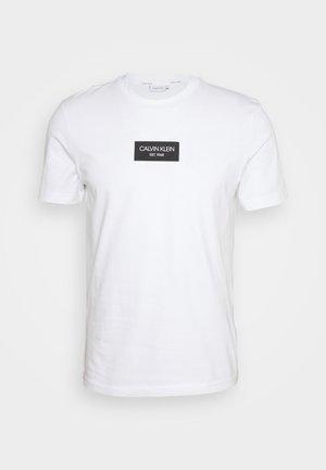 Calvin Klein FRONT LOGO - T-shirt z nadrukiem - green/zielony Odzież Męska UYNK
