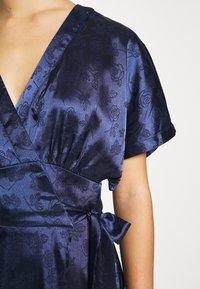 Lost Ink Petite - KIMONO WRAP SLEEVE DRESS - Robe d'été - navy - 5