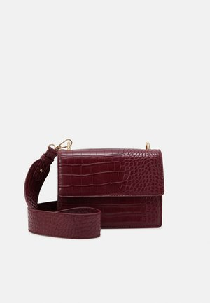PCRIKKY CROSS BODY - Taška s příčným popruhem - brick red/gold-coloured