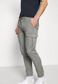 Jack & Jones - JJIMARCO CUFFED - Pantaloni cargo - sedona sage - 3