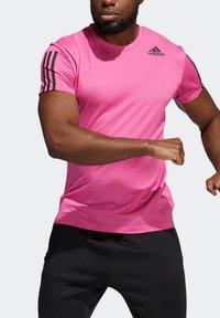 adidas Performance - AERO3S PB TRAINING WORKOUT DESIGNED4TRAINING AEROREADY PRIMEBLUE T-SHIRT SLIM - Koszulka sportowa - pink - 4