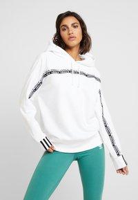 adidas Originals - R.Y.V. LOGO HODDIE SWEAT - Hættetrøjer - white - 0